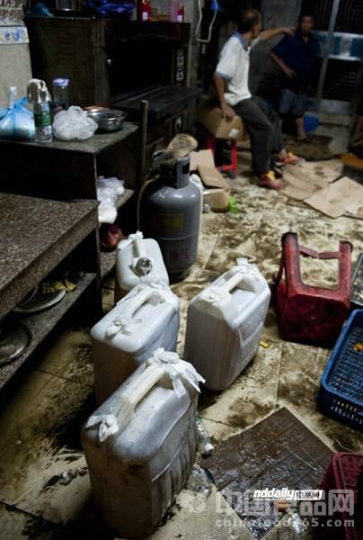 东莞月饼第一黑作坊:油泡耗子臭蛋黄 执法人员被熏吐