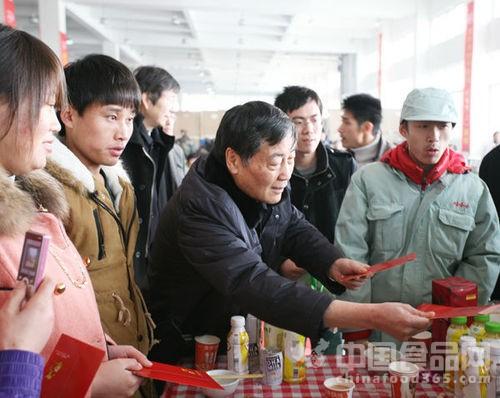宗庆后/陕西来的宋丽从娃哈哈集团董事长兼总经理宗庆后手中接过红包