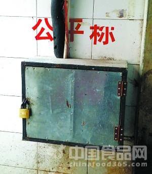 """农贸市场缺斤少两成""""明规则"""" 公平秤""""送修被偷""""不在岗"""