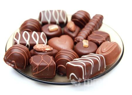 最新研究表明:吃很多巧克力是减轻体重的最好方法