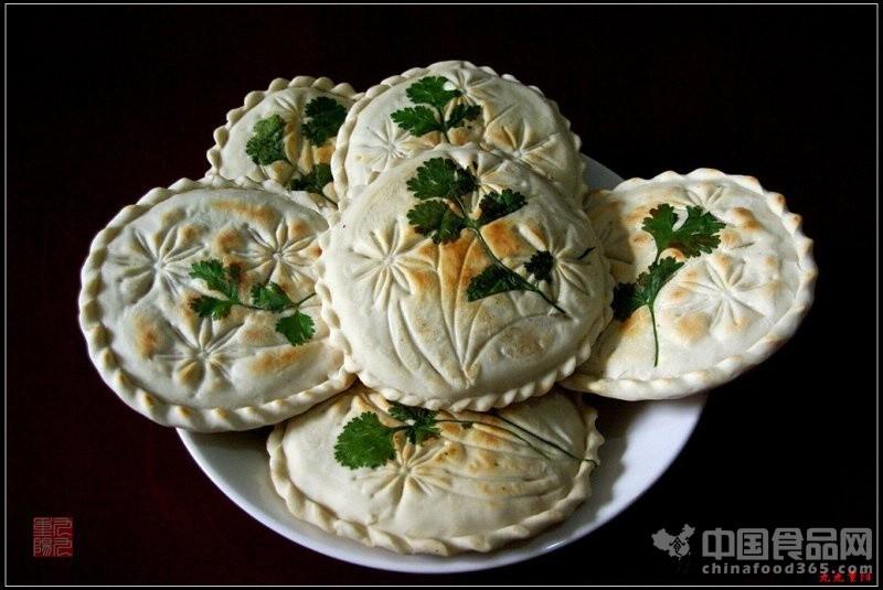 吃 团圆馍 食莲花状西瓜
